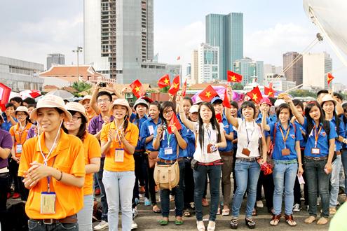 Thanh niên Đông Nam Á rơi lệ khi chia tay Việt Nam