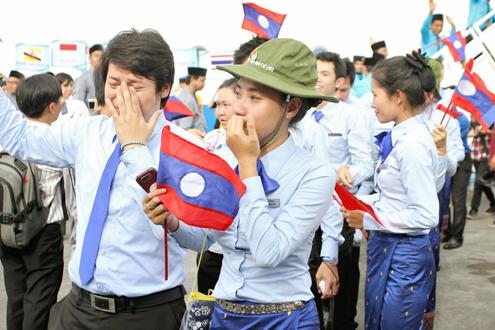 Thanh niên Đông Nam Á rơi lệ khi chia tay Việt Nam 9