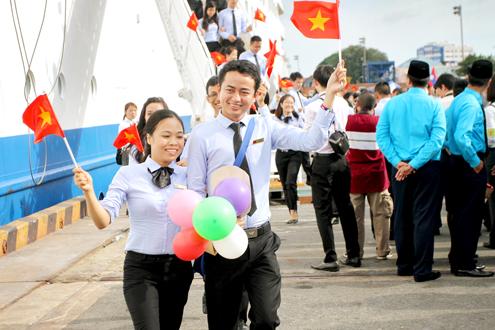 Thanh niên Đông Nam Á rơi lệ khi chia tay Việt Nam 3