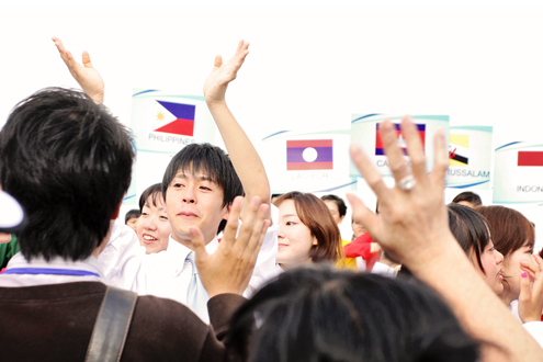 Thanh niên Đông Nam Á rơi lệ khi chia tay Việt Nam 8