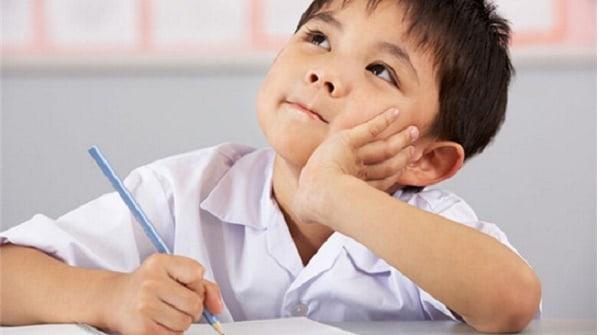 Bé trai thường xuyên xao lãng khi học bài