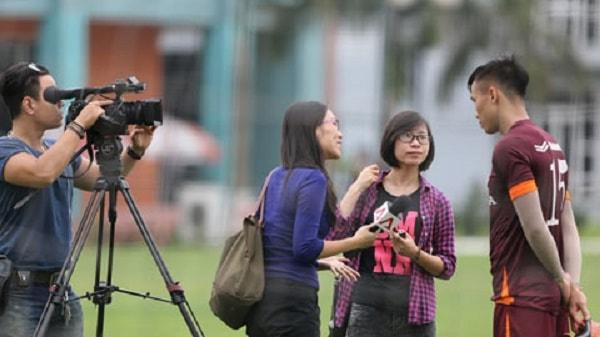 Sinh viên báo chí đi làm phóng viên