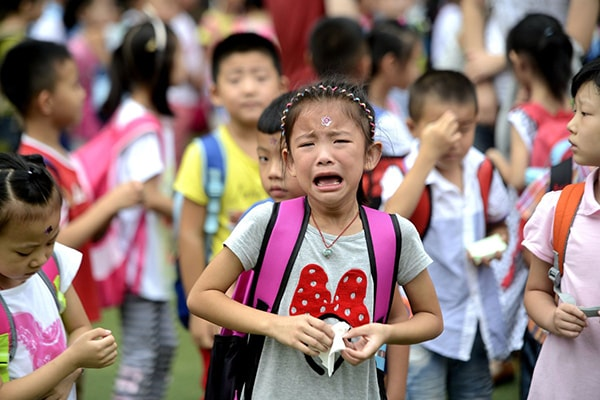 Không ít bé mang tâm lí sợ hãi khi mới vào lớp 1, hãy dạy cho bé cách kết bạn