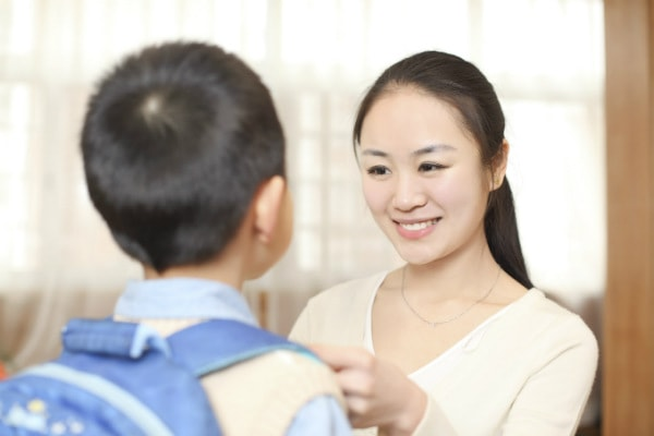 Ở những tuần đầu, bố mẹ nên chuẩn bị đồng phục, sách vở cho con thật cẩn thận trước khi đến lớp