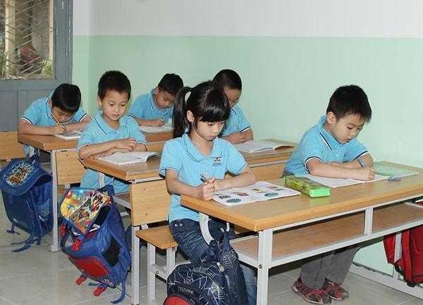 Ở lớp 1, bé phải ngồi nghiêm chỉnh, ngoan ngoãn mỗi giờ học, không còn được tự do như mẫu giáo nữa