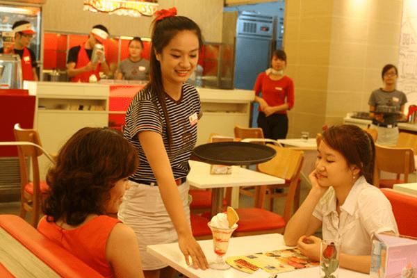 Nhiều sinh viên làm thêm để kiếm tiền trang trải phí sinh hoạt