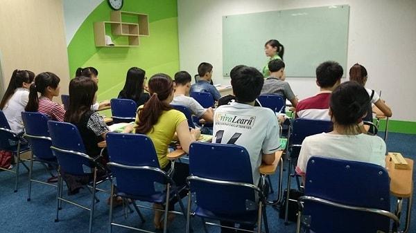 Giảng viên giảng dạy tại trung tâm đào tạo tiếng Hàn