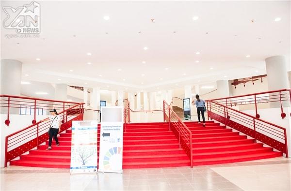 Hệ thống đèn led hẫn dẫn và cầu thang hiện đại nổi bật với màu đỏ cam