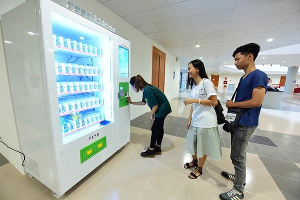 Các bạn sinh viên cùng vô cùng hào hứng với máy bán hàng tự động tại trường