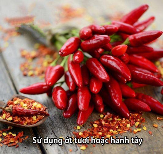 Dùng ớt tươi hoặc bột ớt