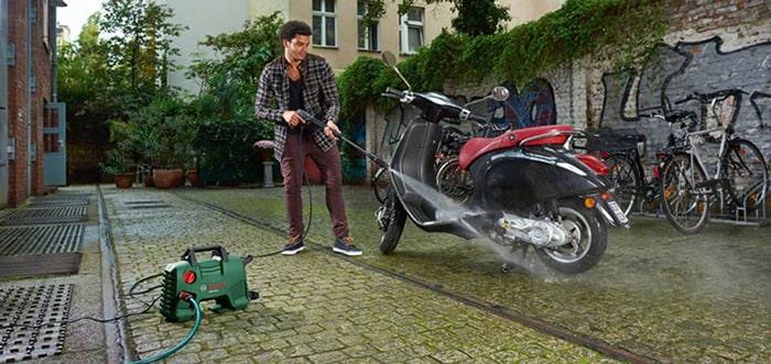Động cơ xe đang nóng tuyệt đối không nên rửa xe