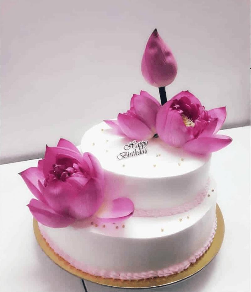 Bánh kem trang trí bằng hoa sen mà giáo viên yêu thích